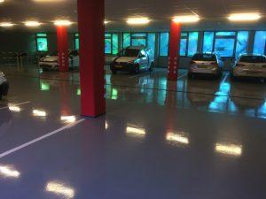 Parkeergarage met nieuwe vloer en belijningen